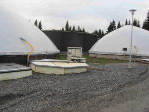 Juvan Bioson Oy.ssä lietelannan vastaanottosäiliö ja mädätteen varastosäoliö ovat vierekkäin lietteen purkamisen ja mädätteen kuormauksen optimoimiseksi. Taustalla biokaasulaitoksen reaktori. Kuva: Marjut Suontausta.