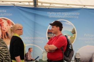 Juttelua OKRA-maatalousnäyttelyssä. Kuva: Maria Hyvönen/MTT:n arkisto.