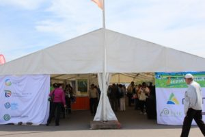 OKRA-näyttelyn Luonnonvarat-teltta, josta myös MTT:n piste löytyi. Kuva: Maria Hyvönen/MTT:n arkisto.