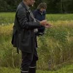 Eri palkokasvien ominaispiirteitä valaisee Pentti Seuri Luonnonvarakeskuksesta. Kuvassa taustalla valkolupiini-ohra -seos. Kuva: Riitta Savikko / Luken arkisto.