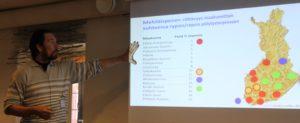Professori Heikki Hokkanen kertomassa hyönteispölytyksen tilanteesta Suomessa. kuva: Sari Himanen.