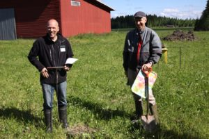 Janne Pulkka (vas) ja Jukka Rajala tutkivat hymyssä suin Rajalan tilan peltomaan rakennetta. Kuva: Sakari Raiskio.