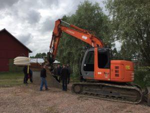 Kuva 2. Opintoretkeläisiä kiinnosti kaivinkoneeseen tehty salaoja-aura.  Kuva: Sakari Raiskio.