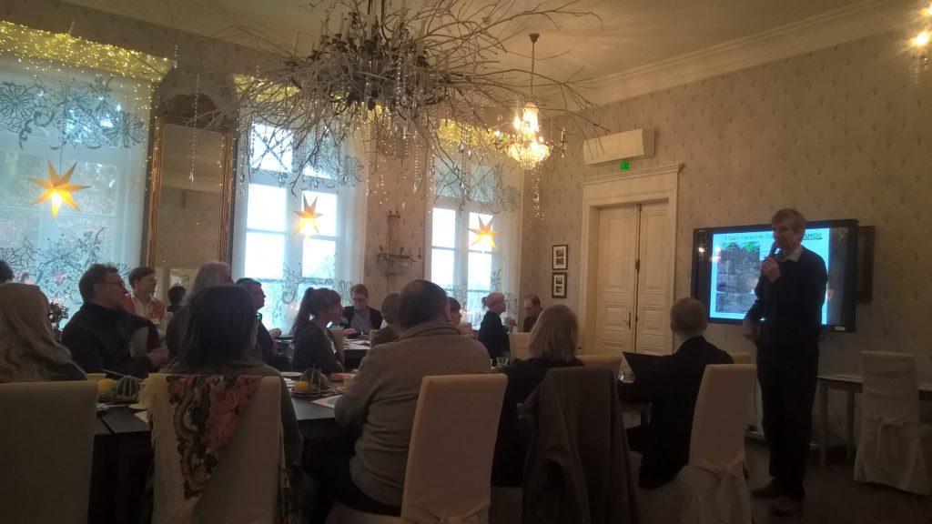 Jukka Rajala kertoo maan kasvukunnon hoidosta. kuva: Elina Nurmi