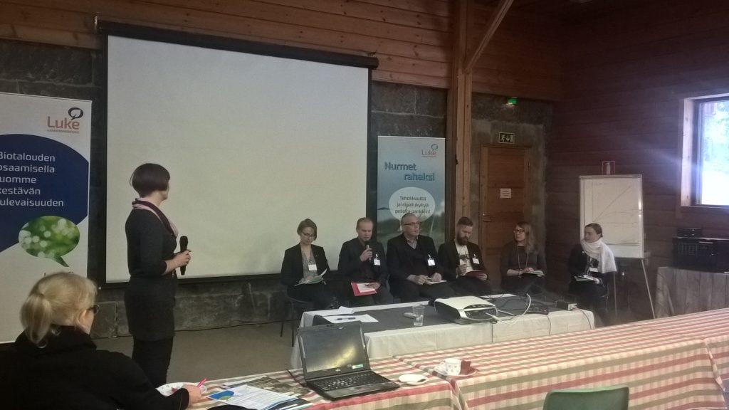 Paneelikeskustelijat pohtimassa kestävän karjatalouden edistämiskeinoja. Kuva: Elina Nurmi.